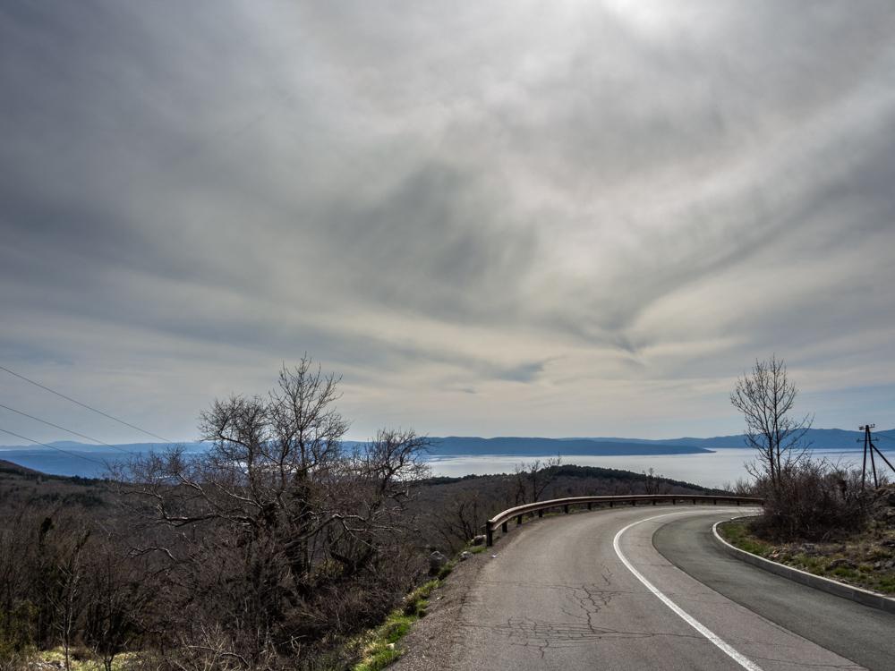 Pogled s ceste Karolina prema moru i otoku Krku u daljini. Fotografirano 14.4.2018.