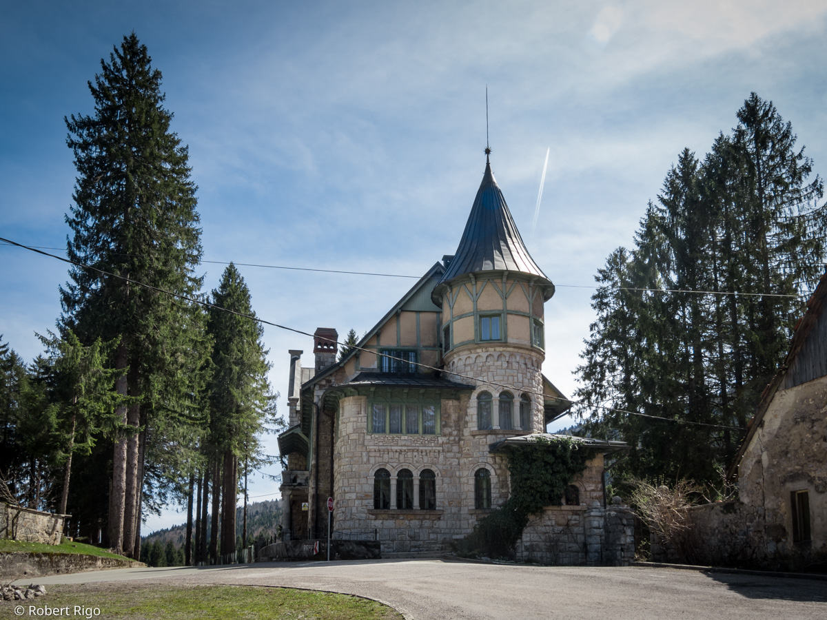 Pogled s prednje strane na dvorac Stara Sušica. Fotografirano 14.4.2018.