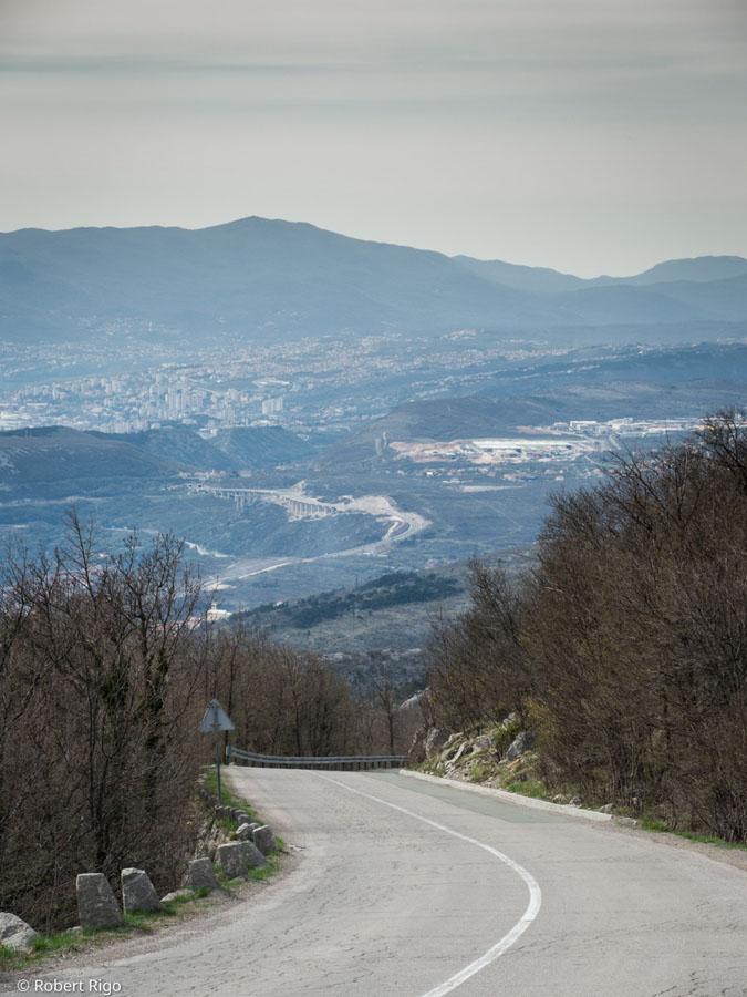 Pogled s ceste Karolina prema gradu Rijeka u daljini. Fotografirano 14.4.2018.