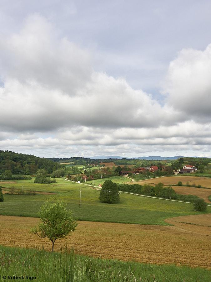 Pogleda iz mjesta Preseka prema zapadu. U daljini se nazire Medvednice. (15.5.2021.)