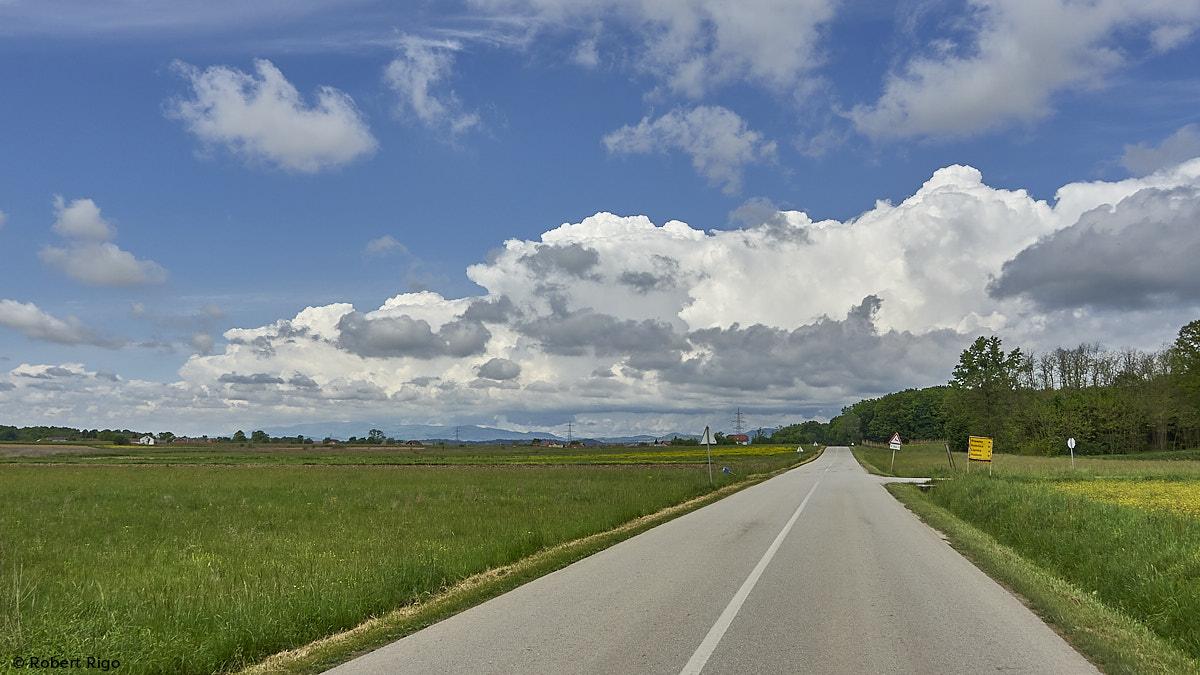 Proljetni oblaci lijeno su zasjeli nad vrhom Medvednice. (15.5.2021.)